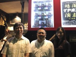 中央、本作作家の高木登。右は観劇に来た大和田紗希。