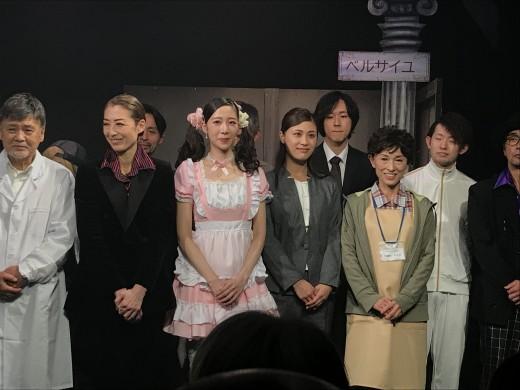 スーツ衣装の女優が橘レイアさん、その隣のピンク衣装が朝井莉名さん